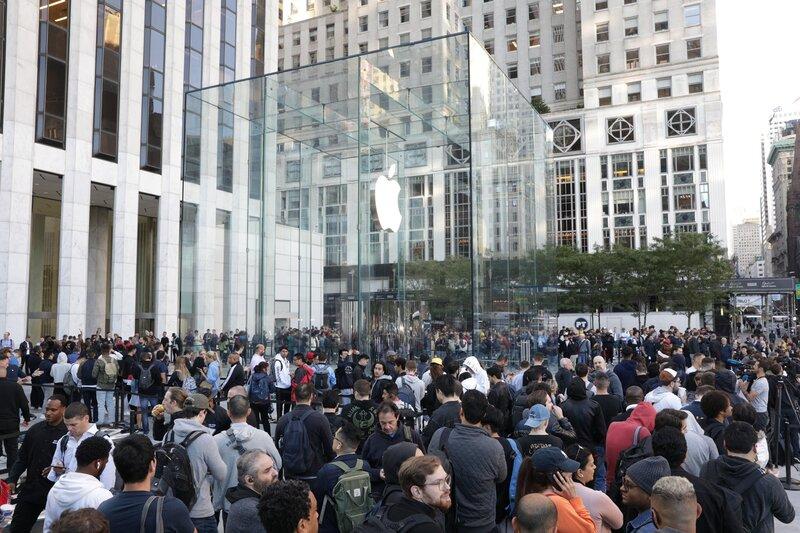 Illustration : Tim Cook est à New York pour l'ouverture du Cube de Verre de la 5e Avenue